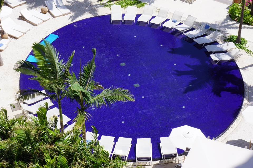 THE STUNNING SUNSET POOL BY YVES KLEIN