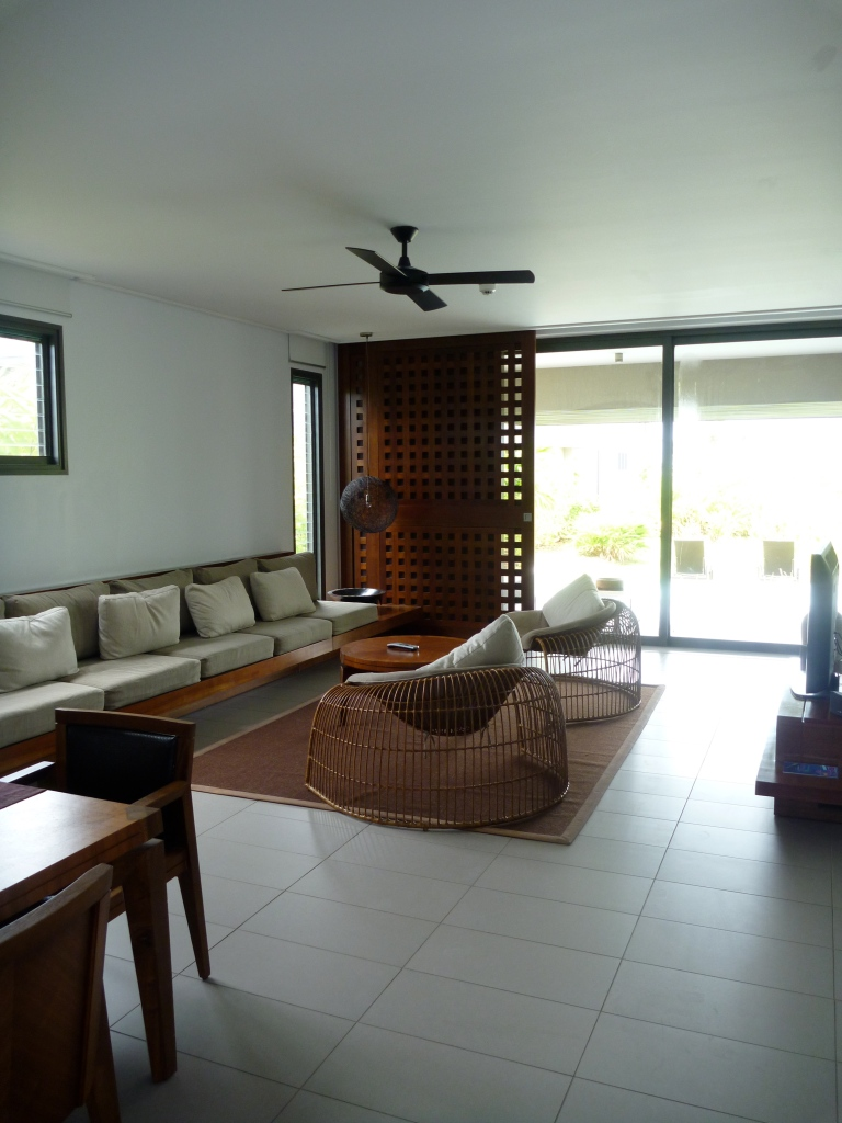 THE LIVING ROOM OF THE TWO BEDROOM CLUB SUITE   ROOM 2911