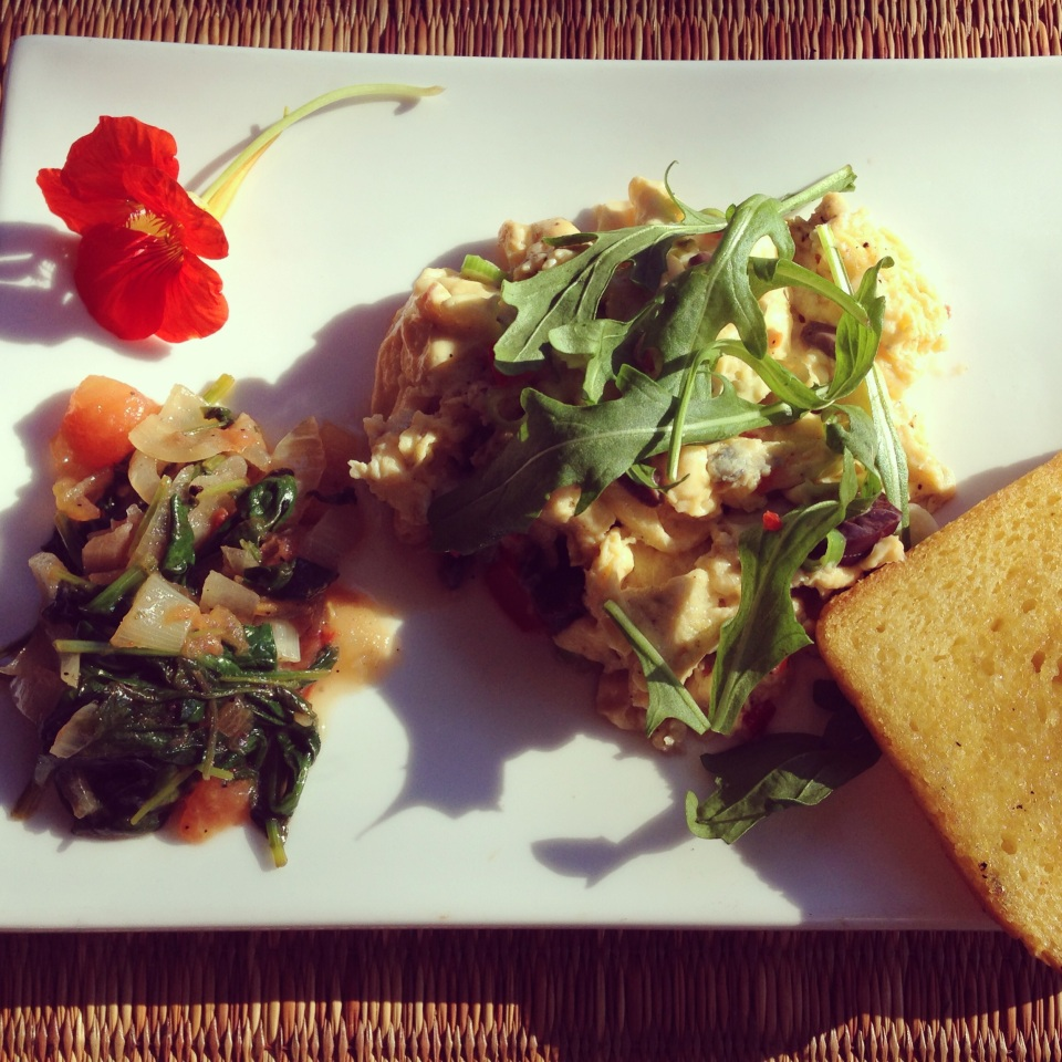 SCRAMBLED EGGS WITH OLIVES, A SIDE OF SPINACH & ONION AND GF RICE & PUMPKIN TOAST | BREAKFAST AT KUKURA HOUSE