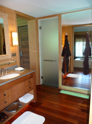 LUXE BATHROOM WITH GLASS VIEWING PANEL