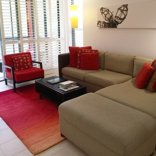 VIBRANT REDS AND A COSY LOUNGE FOR TWO
